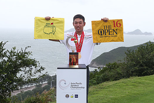 Jin Cheng with the rewards that go to the champion