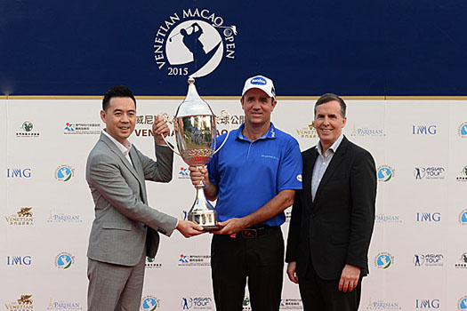 Lau Cho-Un, Vice President of Macao Sport Development Board and Dave Horton, Global Chief Marketing Officer, Las Vegas Sands Corp and Sands China Ltd, present Hend with the silverware following the Australian's record-setting tournament performance