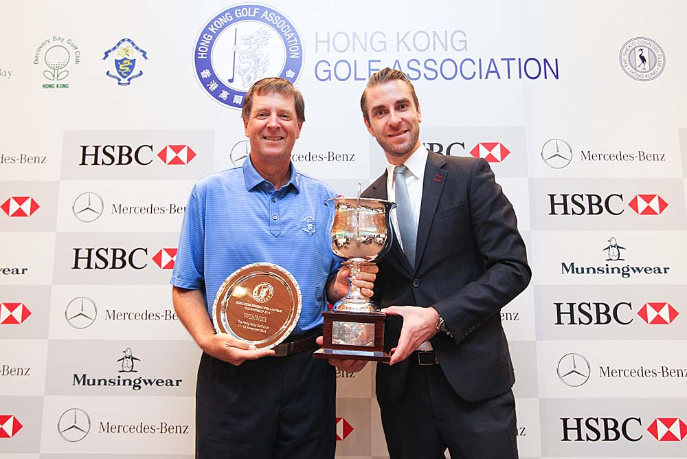 Doug Williams receives the championship trophy from Peter Larko, Head of Marketing and Communications and PR for Mercedes-Benz Hong Kong