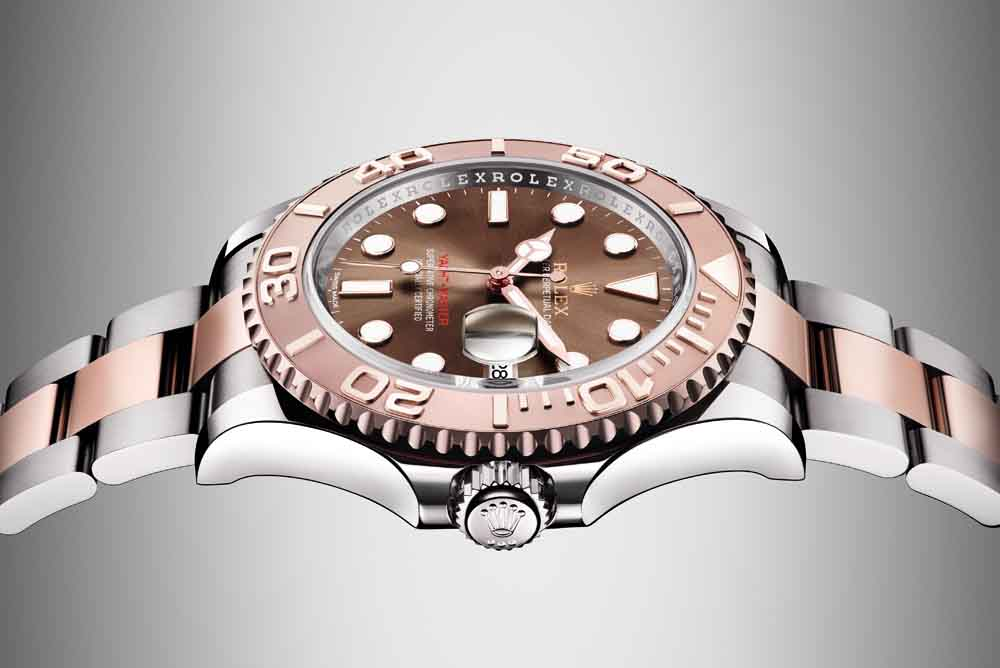 The bezel as well as the centre bracelet links are made of 18 ct Everose gold