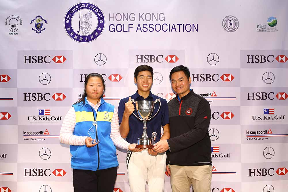 Hu Jing (left) and Cyrus Lee (centre) receives the HKGA Winter Junior Championship 2017 trophies from Tim Tang, High Performance Manager of the HKGA