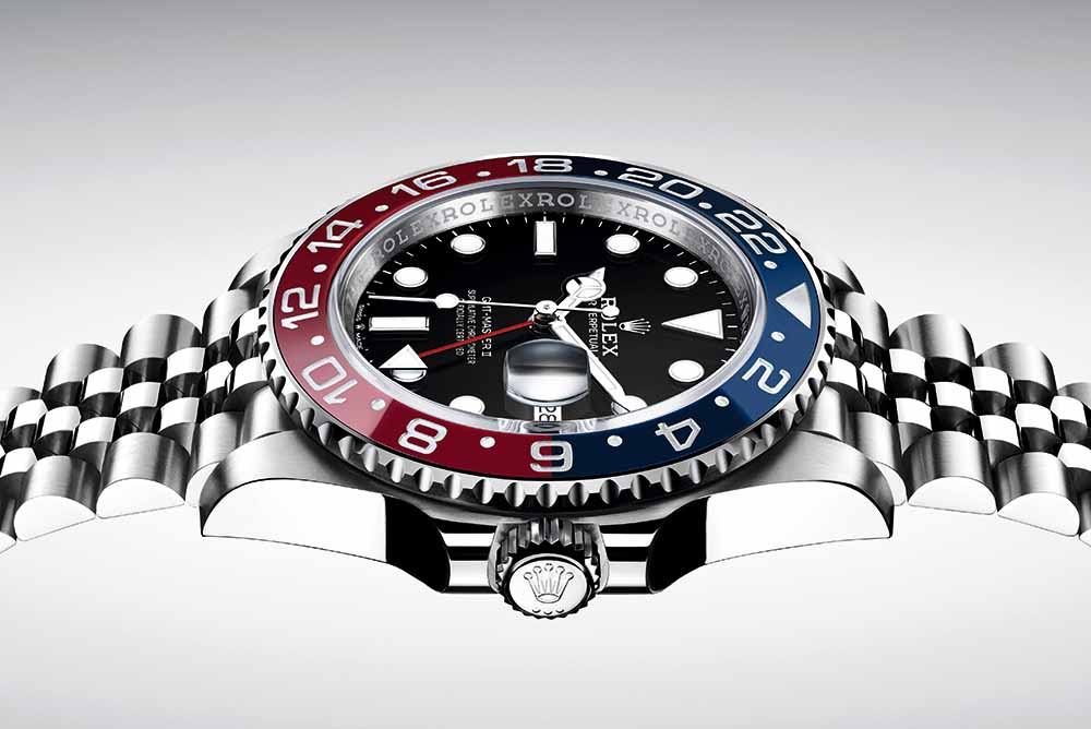 The famous red-and-blue rotating GMT bezel