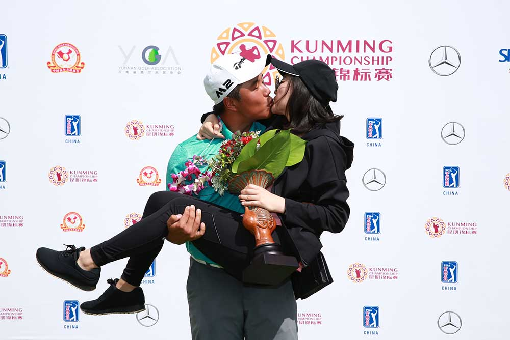Motin Yeung kisses his girlfriend during the prize presentation ceremony at the Kunming Championship
