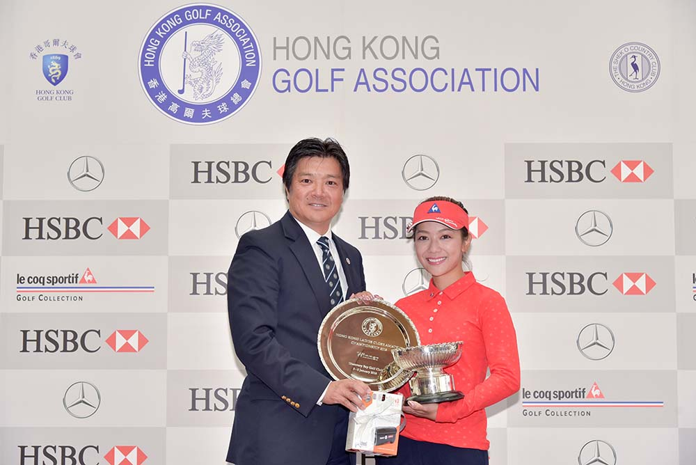Stephanie Ho receives the trophy from Nishi Yoshihiro
