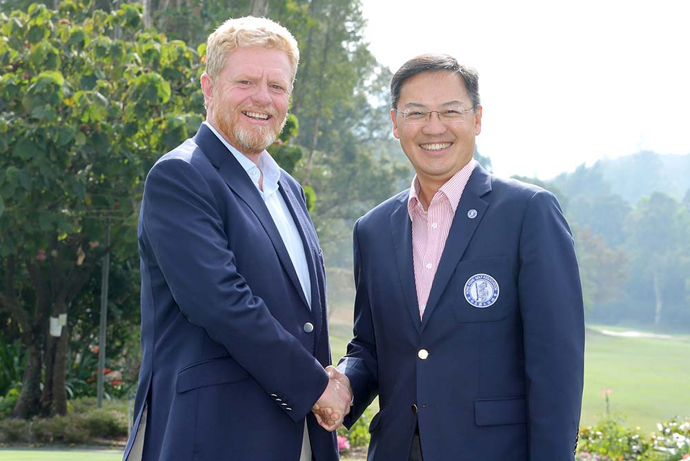 Mr Danny Lai, Chief Executive Officer of the Hong Kong Golf Association (right), and Mr Ian Gardner, General Manager of the Hong Kong Golf Club (left), announce the hosting of the First Inter-Secondary Schools Golf Tournament